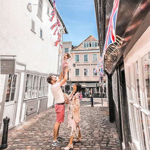 Influencer Carolina Fryer and her husband and daughter on a cobblestone street